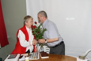 Walne 2014 - Prezes Haduch wręcza kwiaty Basi Morawskiej (fot. M. Kolonko)