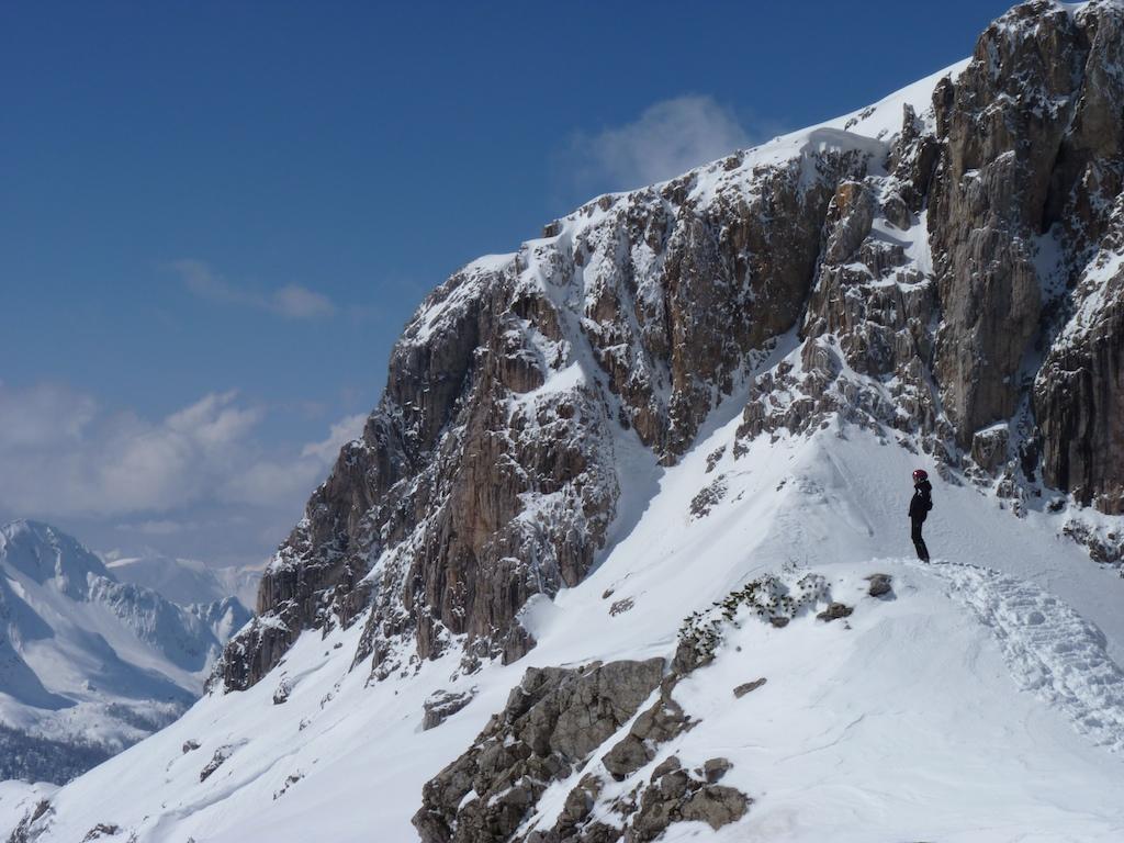 Ania podziwiająca przedmurze Dolomitów