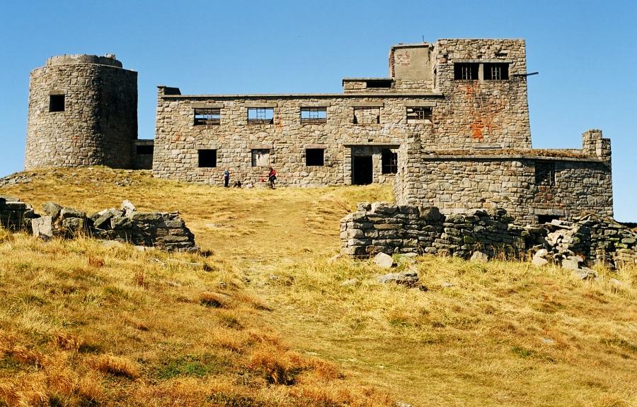 """Ruiny """"Białego Słonia"""" na zdjęciu z Wikipedii (autor: Marek K. Misztal)."""