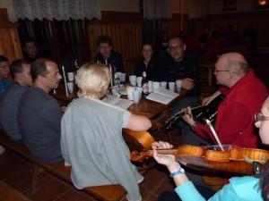 Wieczorne śpiewogranie przy winie i ciasteczkach. Wnieśliśmy 2 gitary i skrzypce. Fot. Anna Strama.