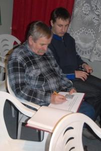 P. Ciepiela (członek PTT od 2014) wpisuje się do oddziałowej kroniki.