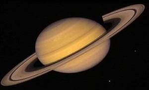 Saturn z pierścieniami. Widoczne pasy chmur i przerwa Cassiniego. Źródło: space.com.