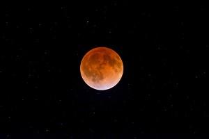 Faza całkowita zaćmienia Księżyca - ogólne zarysy mórz księżycowych widoczne gołym okiem. Żródło - Astronomy.
