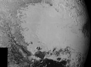 Fragment powierzchni Plutona sfotografowany przez sondę New Horizons. Osiągnięta rozdzielczość liniowa (rozmiar najmniejszych szczegółów) wynosi 400 m.