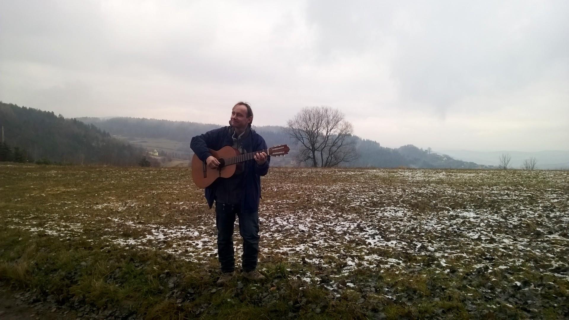 """Radek daje plenerowy koncert ne przełęczy Granice (nad Porębą). Filmik z wykonania utworu """"Hala"""" - poniżej galerii zdjęć."""