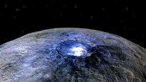 Krater Occator na planetoidzie Ceres z plamą soli mogący pomieścić wewnątrz nasze Tatry.