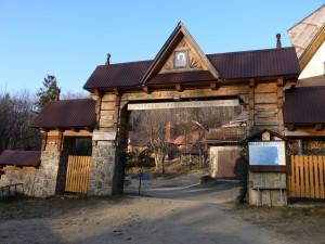 Stojąca otworem dla każdego brama Ośrodka Rekolekcyjnego na Śnieżnicy.