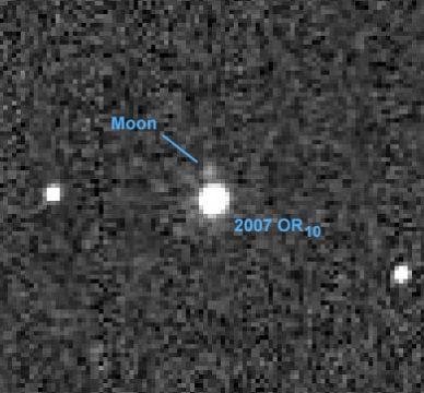 Księżyc należący do 2007 OR10 - obiektu w Pasie Kuipera. Narusza ono dogmat o tym, że tylko planety mają księżyce (linia obrony Plutona przed degradacją - on tez miał księżyc, Charona).