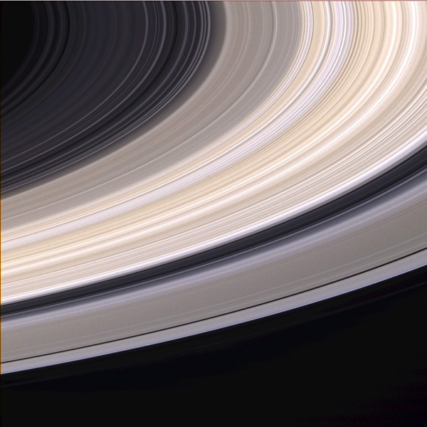 "Pierścienie Satruna z bliska - fotografia sondy ""Voyager"" z lat 70."