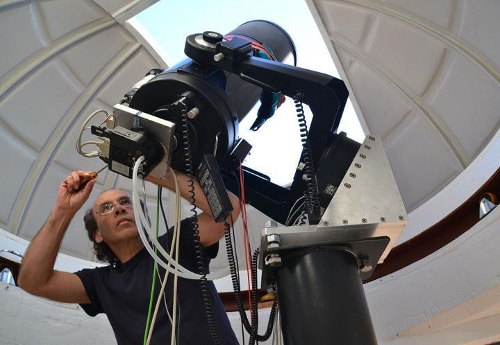 Astronom-amator Andre Van Staden przy swoim 30cm teleskopie.