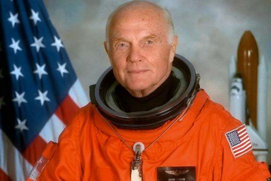 John Glenn - pierwszy i, jak do tej pory, jedyny astronauta na orbicie po 70-tce. Zmarł w grudniu.