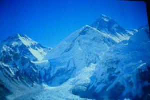 Widok na Lodowiec Khumbu ze znajdującą się bazą wypraw na Mount Everest. Fot. Kuba Terakowski.