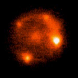 Widok Krzyża Einsteina z soczewkującą galaktyką (w środku) w zwierciadłach teleskopu Kecka (w bliskiej podczerwieni).