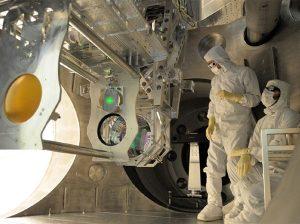 Prace testowe w detektorze LIGO.