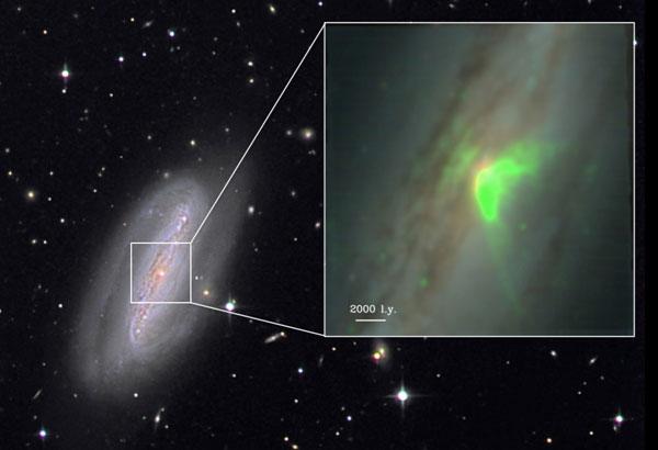 Zoom na centralną część galaktyki NGC 7582 w dziedzinie optycznej i UV. Widoczny na zielono strumień materii wyrzucanych z silnika centralnego - czarnej dziury o masie 50 mln mas Słońca. Na ogólnym zdjęciu bezpośredniej emisji z okolic czarnej dziury prawie nie widać - jest przesłonięta, wobec czego nie wiedząc nic o czarnej dziurze możemy nie-doszacować masy całej tej galaktyki.