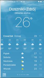 Panel pogodowy na smartfonie ze wskazaniem prawdopodobieństwa wystąpienia opadów lub burzy.
