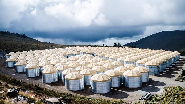 Eksperyment HAWC (High Altitude Water Cherenkov Observatory) obejmujący 300 pojemników z wodą zbudowany z zamiarem wykrywania promieniowania Czerenkowa powstającego w kolizjach promini kosmicznych z atmosfera Ziemi i powstawaniem pęków. Żródło - AnaDiBec.