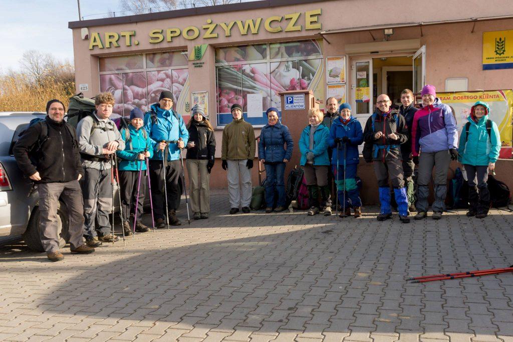 Pod sklepem w Porębie, początek wędrówki, sobota 10:30. Fot. Michał Myśliwiec.