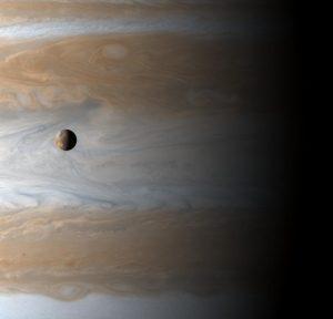 Jowisz i Io (na pierwszym planie) sfotografowane z odległości około miliona km przez mijającą ten układ w 2000 roku sondę Cassini.