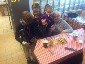 Pani Helenka Gowin z dziećmi (Anielką, Zosią Baron, Filipem i Jasiem Jareckimi) na zapleczu schroniska na Hali Lipowskiej.