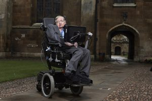 Stephen Hawking na dziedzińcu Conville i Caius College w Cambridge.