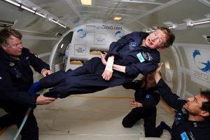 Stehpen Hawking w samolocie Boeing zaadaptowanym do lotów symulujących stan nieważkości.