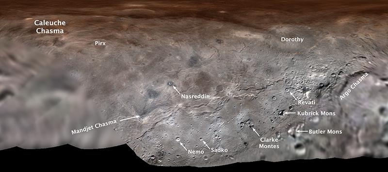"""3-wymiarowa mapa powierzchni Charona (księżyca Plutona) z nadanymi nazwami kilku utworów. Zdjęcie z przelotu sondy """"New Horizons"""" przez układ Plutona i jego naturalnych satelitów."""