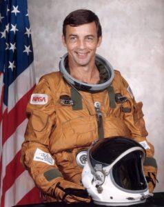 """Młody astronauta Donald Peterson przed swoim pierwszym spacerem kosmicznym z pokładu promu """"Challenger""""."""