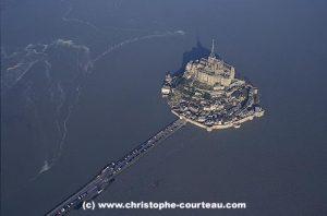 Góra i klasztor Saint-Michel.nad wezbranymi wodami Oceanu Atlantyckiego niedaleko Kanału La Manche. Normandia - Francja. Foto Christophe Courteau.