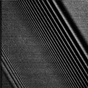 Fragment pierścieni Saturna w dużym zbliżeniu - widać trajektorie wyróżnione przez dynamikę systemu. Fot. NASA.