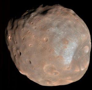 """Phobos, jeden z dwóch karłowatych księżyców Marsa (drugim jest Deimos). Phobos jest odpowiedzialny za """"potato annular eclipse"""" (zaćmienia obrączkowego słońca przez obiekt w kształcie ziemniaka) który był tematem jednych z pierwszych astro-notek w 2015 roku."""