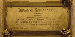 """Grób Giovanni'ego Schiaparell'ego na cmentarzu w Mediolanie z włoską inskrypcją """"astronomo""""."""
