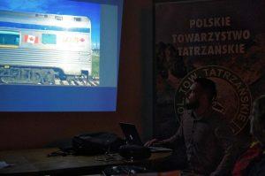 Jeden z pierwszych kadrów prelekcji, w cieniu Piotr Kosiarski na tle banera PTT.
