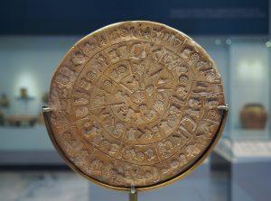 Będący w zbiorach Muzeum Archeologicznego w Heraklionie, słynny dysk z Festos zapisany pismem linearnym - odnowiony w 2014, źródło - Wikipedia.