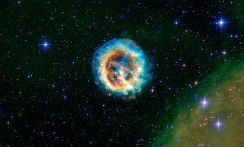 Pozostałość 1E 0102.2-7219 po odległej (190000 l. św.) supernowej, ekspandująca otoczka materii wyrzuconej w wybuchu. Źródło - NASA/CXC/MIT/D.Dewey, SAO.
